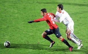 Lille a pris dimanche la tête de la Ligue 1 après son succès face à Monaco (2-1) lors d'une 14e journée marquée par les victoires de Montpellier et du Paris SG, tous deux éphémères leaders, et par la défaite de Brest dans le derby breton face à Rennes (2-1).