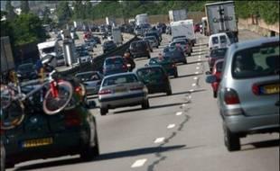 Les prix des carburants à la pompe en France, surtout ceux de l'essence, s'approchent de leurs records de l'été 2006, mais restent protégés par un euro fort, alors que les Français prennent la route des vacances.