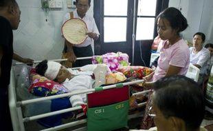 Le député birman Naing Linn Ngan, membre du LND, le parti d'Aung San Suu Kyi, sur son lit d'hôpital, le 30 octobre 2015 à Rangoun