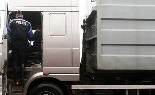Steenwerck, le 19 janvier 2012. La brigade CRS autoroutière de Lille procède à une opération de contrô™les des poids-lourds sur l'autoroute A25 entre Lille et Dunkerque.