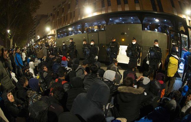 Le camp de migrants près du métro Stalingrad est évacué le vendredi 4 novembre 2016, à Paris.