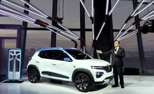 Carlos Ghosn, patron de l'Alliance Renault-Nissan-Mitsubishi, présente la Renault K-ZE, nouveau véhicule 100% électrique de la marque, le 1er octobre 2018. Elle sera destinée au marché chinois.