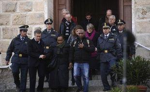 L'exploration en profondeur de l'épave du Concordia a repris dimanche alors qu'une messe a eu lieu en mémoire des victimes et que la liste des disparus du naufrage pourrait s'allonger, une Hongroise non enregistrée étant réclamée par sa famille.