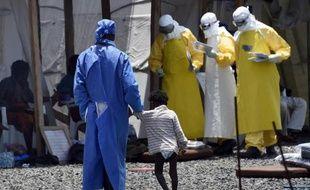 Des membres de Médecins sans Frontières s'occupent de malades touchés par le virus Ebola à Monrovia, la capitale libérienne, le 27 septembre 2014