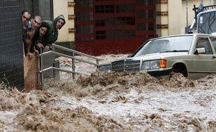 Des pluies torrentielles ont fait plusieurs dizaines de mort dans l'île portugaise de Madere le 20 février 2010.