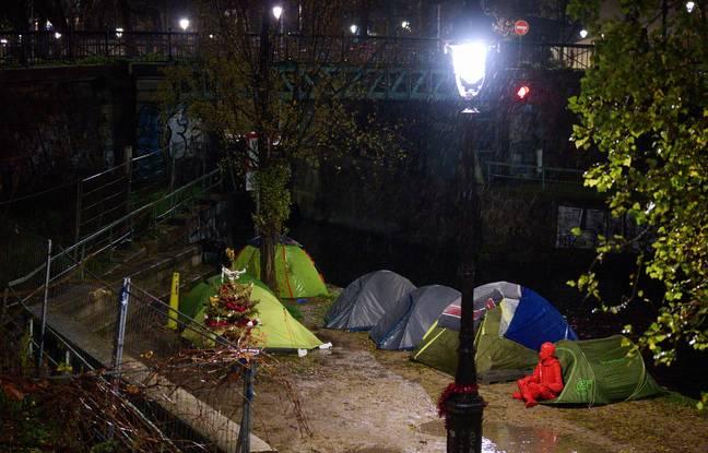 La statue d'Emmanuel Macron, réalisée en résine rouge par le street artist James Colomina, au milieu de tentes de sans-abri à Paris.