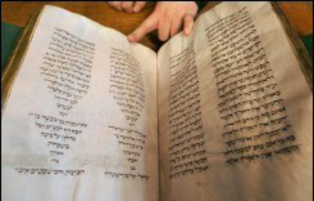"""La 10e chambre de la cour d'appel de Paris a condamné M. Garel, 58 ans, à trois ans d'emprisonnement, dont quinze mois ferme, et 75.000 euros d'amende pour """"vol aggravé"""" du manuscrit """"Hébreu 52"""", une Bible contenant le Pentateuque (les cinq livres de la Torah) datant du XIIIe siècle. – Jack Guez AFP"""