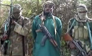 Photo non datée d'Abubakar Shekau (centre), le leader du groupe islamiste nigérian Boko Haram.