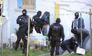 Des membres du GIPN après un coup de filet dans les milieux islamistes, à Couëron (Loire-Atlantique), le 30 mars 2012.