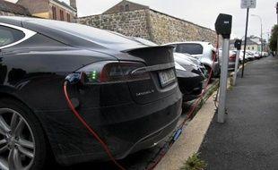 Un parking gratuit d'Oslo avec des bornes de recharge pour des véhicules électriques, protographié le 19 août 2014
