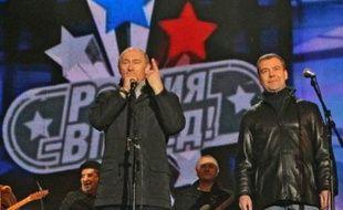 """Ils ont arpenté côte à côte en tenue décontractée la Place Rouge après l'annonce de la victoire du candidat du Kremlin, puis se sont rendus à un concert : Dmitri Medvedev et Vladimir Poutine ont à coeur de montrer que leur """"tandem"""" fonctionnera."""