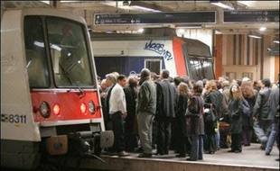 L'avant-projet de loi-cadre sur un service minimum dans les transports présenté jeudi aux partenaires sociaux n'a pas convaincu les syndicats qui estiment qu'il risque de mettre à mal le droit de grève.