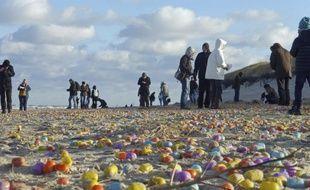 Des milliers d'oeufs surprise se sont échoués sur une plage allemande