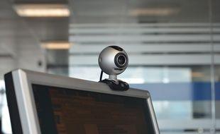 Une webcam reliée à Internet peut être piratée par des hackers. C'est ce qui s'est passé à grande échelle en novembre 2014.
