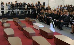 Les cercueils de 24 migrants morts en mer à l'hôpital Mater Dei de Malte le 23 avril 2015