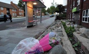 Des fleurs ont été déposées sur le lieu où un soldat britannique a été sauvagement tué par deux homme, à Woolwich, près de Londres, le 22 mai 2013.