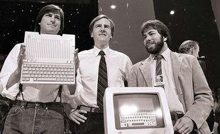 Steve Jobs, président d'Apple Computers, John Sculley, président et PDG, et Steve Wozniak, co-fondateur d'Apple, le 24 avril 1984