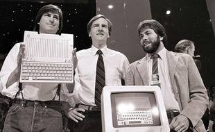 Steve Jobs, président d'Apple Computers, John Sculley, président et PDG, et Steve Wozniak, co-fondateur d'Apple, le 24 avril 1984