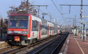 Une adolescente était jeudi soir dans un état très grave après être tombée sur les rails du RER D à la gare de Yerres (Essonne), poussée sur la voie selon des témoins, a-t-on appris de sources concordantes.