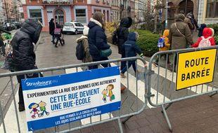 La route devant le groupe scolaire Saint Jean à Strasbourg est fermé à la circulation des voitures aux heures de rentrées le matin. Strasbourg le 19 mars 2021.