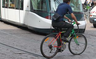 Illustration. Vélo et tram.  Strasbourg le 18 09 2012.