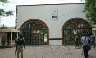 Des soldats montent la garde devant l'entrée du palais présidentiel à Juba, couverte d'impacts de balles, le 15 juillet 2016 au Soudan du Sud
