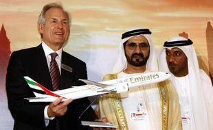 Présentation d'une maquette du nouveau Boeing 777X par le PDG de l'avionneur américain, Jim McNerney (g), le 17 novembre 2013 au salon de Dubaï