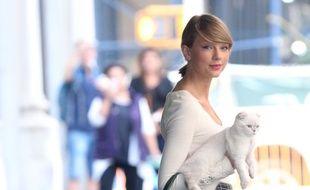 La chanteuse Taylor Swift et son chat Olivia Benson dans les rues de New York
