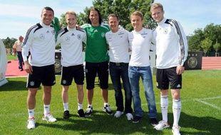 Les deux pilotes allemands de Mercedes en Formule 1, Michael Schumacher et Nico Rosberg, ont rendu visite aux footballeurs de l'équipe d'Allemagne, actuellement en stage dans le Var avant l'Euro-2012, à la veille des premiers essais libres du Grand Prix de Monaco