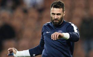 Salvatore Sirigu s'échauffe avant le match entre le PSG et Saint-Etienne le 16 décembre 2015.