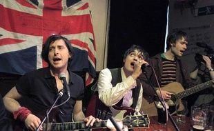 Les Libertines (de G à D, Cart Barat, Pete Doherty et John Hassall) en concert improvisé après avoir annoncé lors d'une conférence de presse la présence du groupe aux festivals de Leeds et Readings à l'été 2010, Londres, le 31 mars 2010.