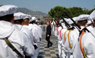 Emmanuel Macron a passé en revue les troupes avant de décorer certaines personnes qui avaient apporté leur aide lors de l'attentat il y a un an.