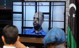 Des journalistes suivent la retransmission de l'interrogatoire de Seif al-Islam Kadhafi, interné dans la prison de Zentan lz 27 avril 2014
