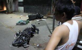 Un homme regarde une moto à terre après des violences entre bouddhistes et musulmans à Mandalay, en Birmanie, le 3 juillet 2014