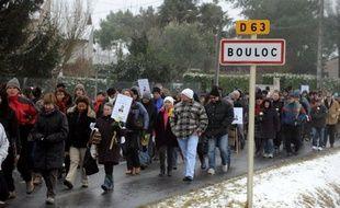 L'homme placé en garde à vue dans l'affaire du meurtre de la joggeuse de Bouloc (Haute-Garonne), a été transféré samedi soir vers Toulouse depuis la gendarmerie de Vielmur-sur-Agout (Tarn) où il était venu le matin même s'accuser du meurtre, a constaté un journaliste de l'AFP.