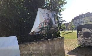 De nouvelles dégradations ont ciblé l'exposition photo de couples gays dans le centre de Metz.