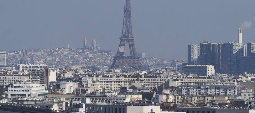 La tour Eiffel lors d'un pic de pollution à Paris, en février 2018.