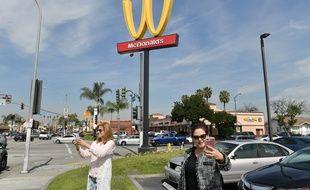 """En 2018, en Californie, un restaurant McDonald's avait inversé le fameux """"M"""" de son enseigne pour le 8 mars."""