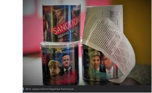 Un papier toilette décoré avec les sanctions européennes contre la Russie.