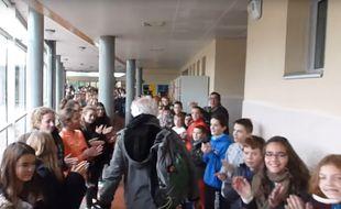 Le prof d'EPS est parti à la retraite sous les hourrah de ses élèves reconnaissant