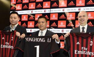 Li Yonghong, le nouveau patron du Milan AC, entouré de Marco Fassone (à droite) et de David Han Li (à gauche).