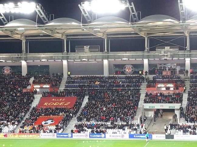 Les supporters de Rodez au Stadium de Toulouse, lors du match de Ligue 2 contre Lens, le 11 novembre 2019.