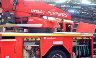 Un camion à échelle des pompiers et pompières. (illustration)