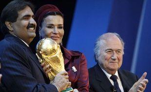 Hamad bin Khalifa Al-Thani, avec son épouse Sheikha Mozah et Sepp Blatter, le 2 décembre 2010.
