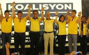 Le président philippin Benigno Aquino (c), Mar Roxas (3e g) et Leni Robredo (3e d), les deux candidats à la présidentielle de 2016, le 12 octobre 2015 à Manille
