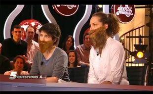 Capture d'écran du «Petit Journal» de Canal + où étaient invitées Céline et Amélie, du collectif féministe La Barbe, le 9 décembre 2011.
