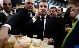 Emmanuel Macron mangeant des fromages au Salon de l'agriculture en 2020 (illustration).