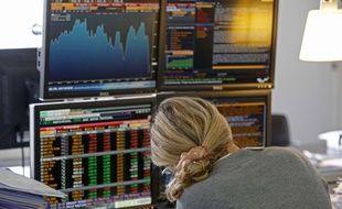Illustration du krach boursier de lundi 24 août, dans un cabinet d'analyse boursière à Paris.