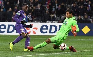 Max-Alain Gradel, le capitaine du TFC, trompe le gardien de Nice Walter Benitez, le 6 janvier 2019 en Coupe de France.