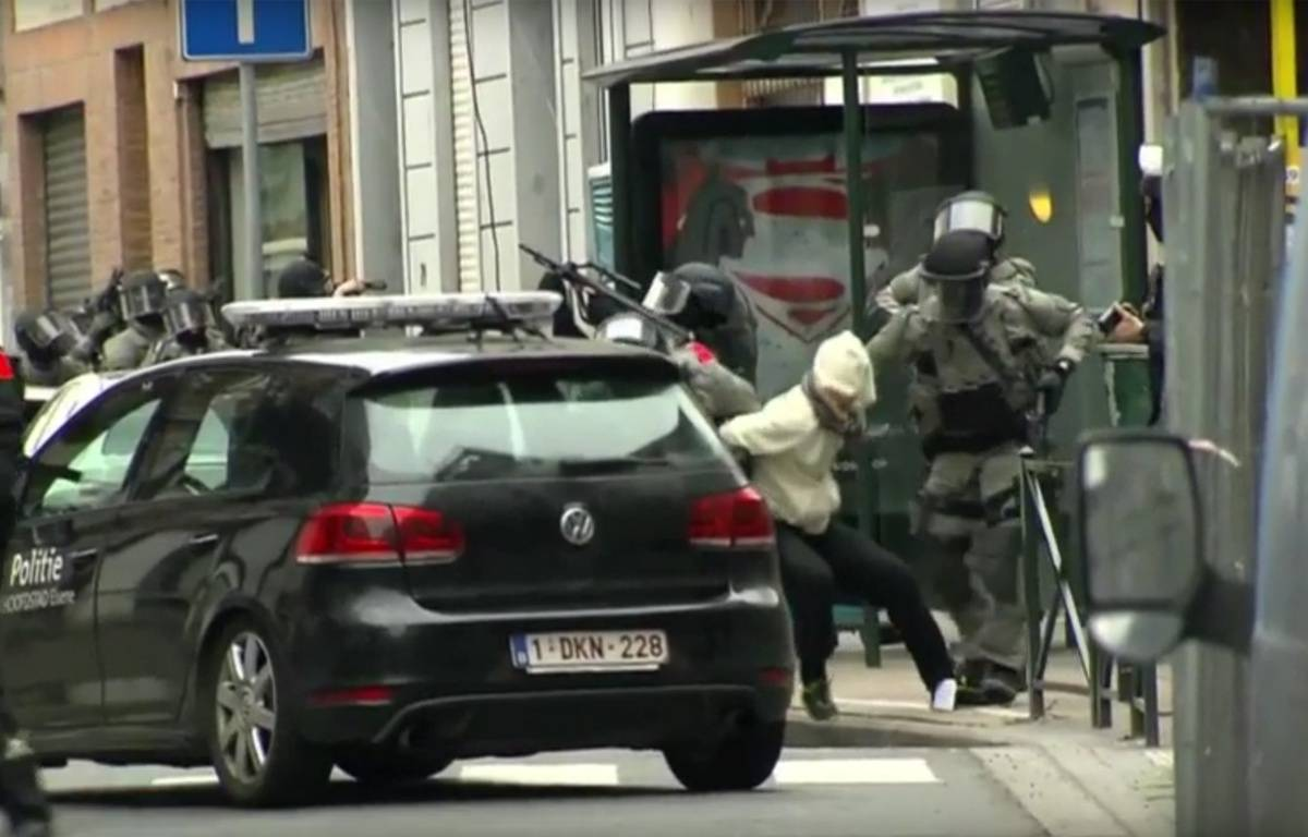 Un suspect interpellé par la police belge.  – Associated Press/YouTube